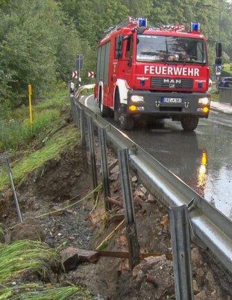 Die B 95 bei Thum wurde überflutet und die Fahrbahn beschädigt.