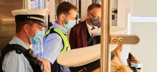 Neben Beamten der Bundespolizei kontrollieren auch Sicherheitsleute der Deutschen Bahn, ob die coronabedingte Maskenpflicht in Zügen eingehalten wird.