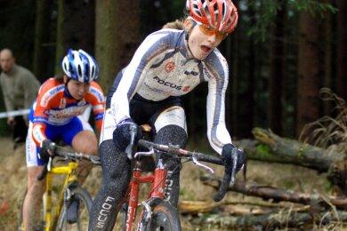 Querfeldeinrennen mit dem Rad wie im Foto 2007 bei den Deutschen Meisterschaften in Grünheide sind eine der vielen Disziplinen, in denen Claudia Seidel als aktive Sportlerin unterwegs war. Auch als Leichtathletin, beim Duathlon oder Triathlon, bei Mountainbike-Wettkämpfen oder bei Wettfahrten auf dem Rennrad lehrte die Plauener ihre Konkurrenz oft das Fürchten.