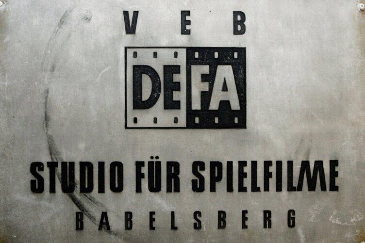 Heute historisch: Das Firmenschild der Deutschen Film AG - fotografiert im Filmmuseum in Potsdam.
