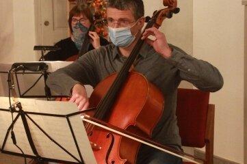 Mit Maske probten am Mittwoch die Mitglieder der Plauener Musizierfreunde für ihren Auftritt am Reformationstag.