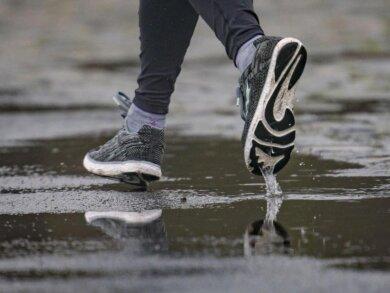Wer sich nach den Feiertagen zum Joggen aufrafft, der sollte sanft beginnen und vor allem passende Schuhe wählen.