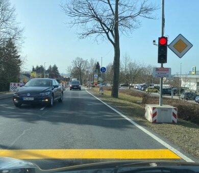 Baustellenampel an der B 173 Freiberger Straße in Oederan: Hier kommt es in den nächsten Tagen zu Wartezeiten.