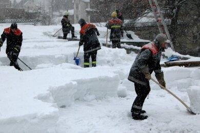 Am 9. Februar 2006 musste die Kameraden der Klingenthaler Feuerwehr im Schneesturm das Dach des Penny-Marktes an der Auerbacher Straße voneiner etwa 85 Zentimeter hohen Schneedecke zu befreien.