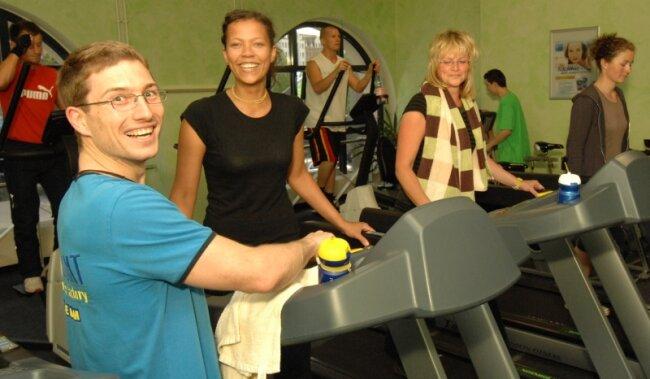"""<p class=""""artikelinhalt"""">Steffen Arnas erklärt in der Paramount Fitness Factory Chemnitz den Hobbysportlern Nadia Suliman und Marcella Suliman (von links) die Handhabung der Fitnessgeräte und Laufbänder. </p>"""