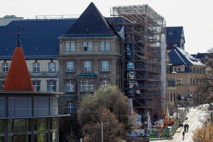 Die Gerüste am Plauener Rathaus müssen witterungsbedingt etwa zwei Wochen länger stehen als geplant.