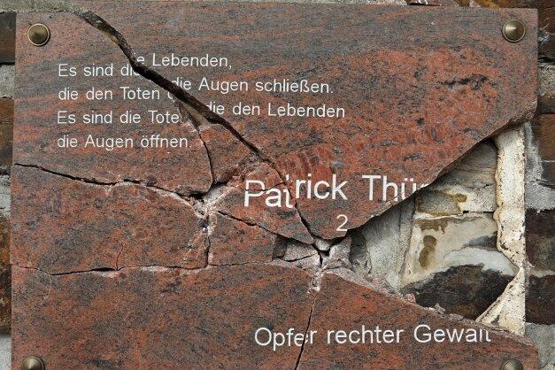 Die zerstörte Tafel erinnert an Patrick Thürmer, der vor 22 Jahren starb, nachdem Neonazis auf ihn eingeschlagen hatten.