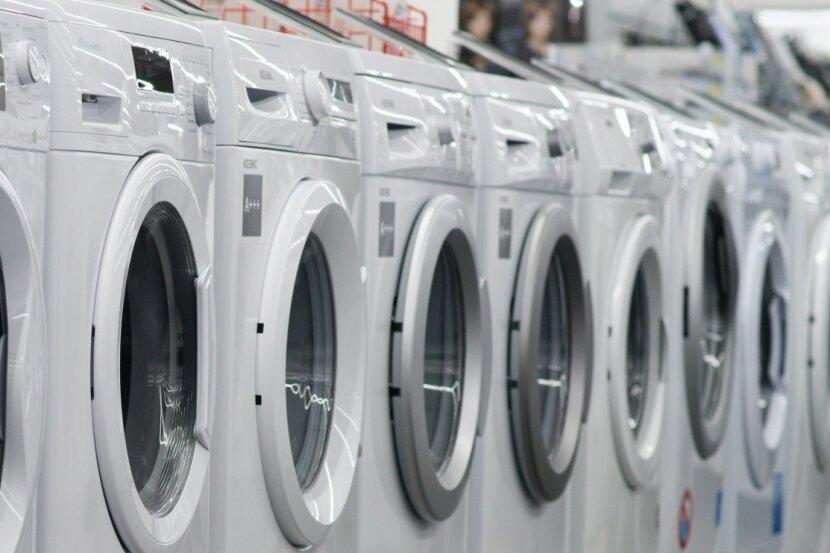 Waschmaschinen stehen in einem Elektronikgeschäft aufgereiht nebeneinander. Leiste ich mir eine Neue oder lieber nicht? In der Coronakrise haben viele Menschen erst einmal auf langfristige Käufe verzichtet.