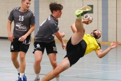 Akrobatisch: Marcus Schierig, von den Fraureuthern oft hart attackiert, setzt sich am Kreis durch. Er erzielte vier Tore.