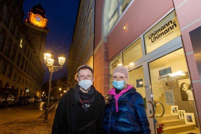 Karsten und Heike Uhlmann, sie Friseurin, er Fotograf, haben sich am Freitagabend an der Lichter-Aktion in Plauen beteiligt. Ihr Geschäft am Plauener Altmarkt war ebenfalls hell erleuchtet.