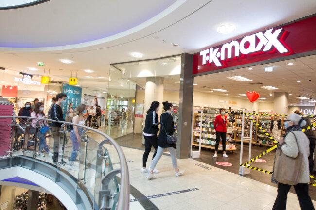 Kunden stürmen die neu eröffnete Filiale von TK Maxx in der Plauener Stadt-Galerie.