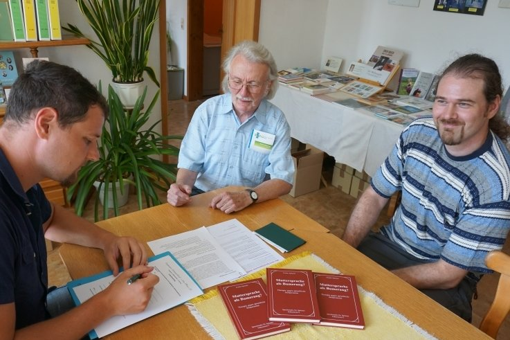 Dietmar Bender, Frieder Spitzner und Wiegand Bender (von links) besiegeln die Zusammenarbeit beider Vereine im Marieneyer Mosen-Zimmer, das dem Wirken des vogtländischen Dichters und Theatermannes gewidmet ist.