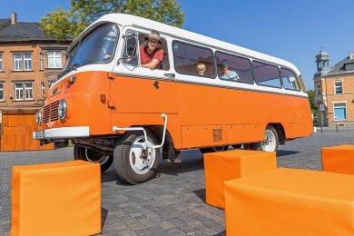 Der Insel-Kino-Bus - hier beim Zwischenstopp auf dem Postplatz in Rodewisch - ist einsatzbereit. Die Werbebeschriftung für das rollende Filmtheater folgt in den nächsten Tagen, kündigt Fahrer Matthias Ditscherlein an. Die robusten Sitzwürfel für drinnen und draußen kommen beim Kinderkino zum Einsatz.
