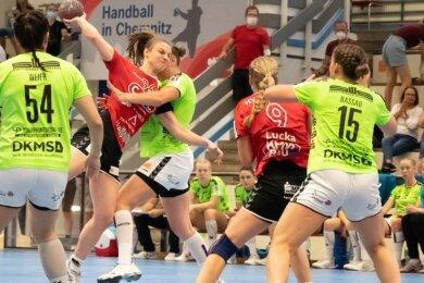 Jasmin Gierga beim energischen Wurfversuch im Spiel gegen Schwerin. Die 17-Jährige lenkte das Spiel des HV Chemnitz im Rückraum.