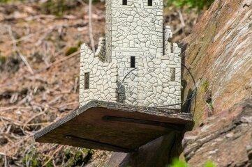Auch eine Burg grüßt von einem Felsvorsprung.