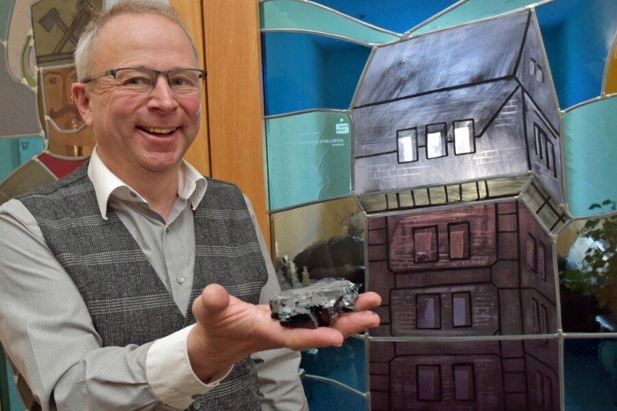 Bürgermeister Bernd Birkigt hat gut Lachen, Millionen Tonnen Steinkohle sind rund um Oelsnitz abgebaut worden. Auf seinem Dienstschreibtisch findet sich stellvertretend ein Exemplar des Naturprodukts.