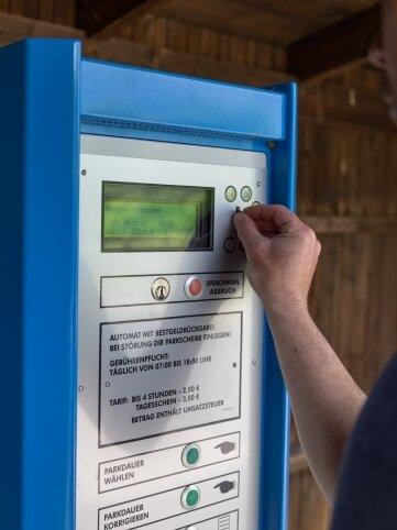 Künftig soll man bei Parkautomaten an der Thumer Straße bei Geyer und an anderen Standorten nicht nur mit Bargeld, sondern auch per Smartphone zahlen können.
