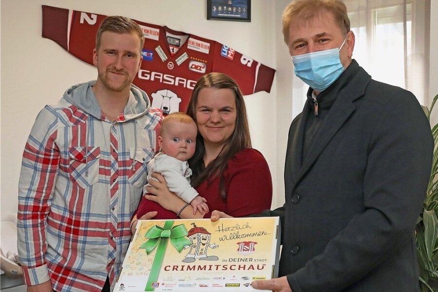 Rathauschef André Raphael (rechts) übergab den frischgebackenen Eltern Felix und Lisa Döhler ein Babybegrüßungspaket.