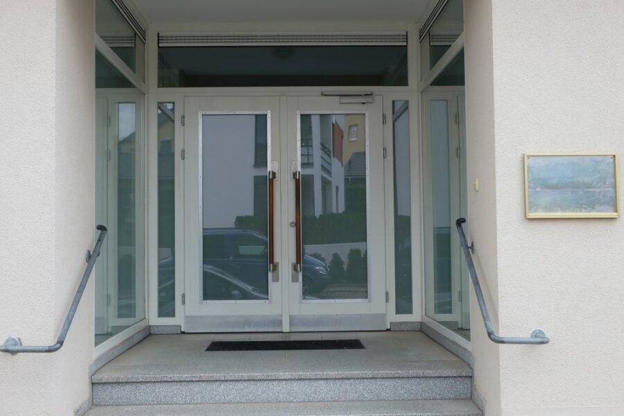 Nichts weist mehr auf die Oelsnitzer Praxis von Marina Lenz hin, die ihre vertragsärztliche Tätigkeit zum 30. Juni beendet hat. Auch ihre Facharztkollegin Ilona Lindner in Stollberg ist seitdem nicht mehr tätig.