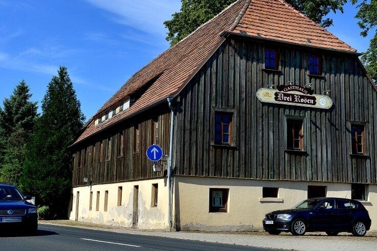 """Kann nun abgerissen werden: baufälliger Gasthof """"Drei Rosen"""" an der B 169 in Dittersbach."""