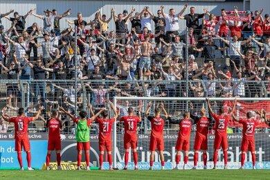 Endlich: Zwickaus Spieler können wieder mal einen Sieg mit ihren Fans bejubeln. Rund 300 FSV-Anhänger waren mit ins Grünwalder Stadion zu 1860 nach München gereist.