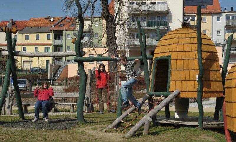 Die Spielart GmbH Laucha fertigte die ungewöhnlichen Spielgeräte für den frei zugänglichen Platz mitten in der Stadt. Für jede Altersgruppe ist etwas dabei. Kosten: 120.000 Euro.  (2)