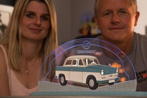 Marketingchefin Jane Kaden und der Produktentwickler René Weinhold mit dem Trabant als Motivleuchte.