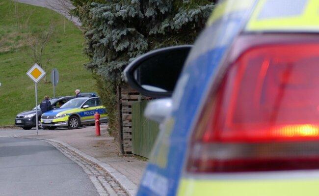 Die Polizei kümmert sich um die Sicherung des Ein-Kilometer-Sperrkreises.