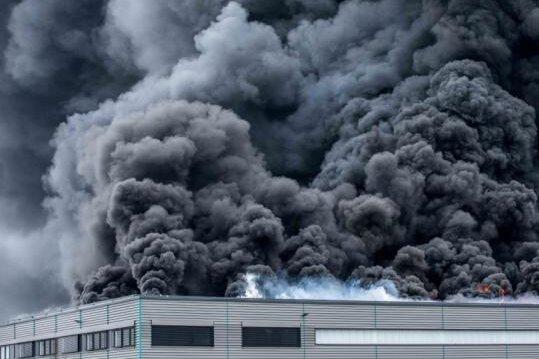 Als die alarmierte Feuerwehr gegen 14 Uhr im Oederaner Gewerbegebiet eintrifft, steht diese riesige Rauchwolke über der Halle. Wie sich kurze Zeit spät herausstellt, steht die Lagerhalle der Firma WSVK in Vollbrand. Flammen schlagen durch das Dach.