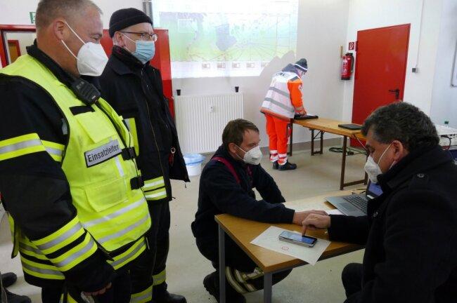 Im Lagezentrum kümmern sich Einsatzleiter Jan Hofmann, Kreisbrandmeister René Ackermann und Amtsbergs Bürgermeister Sylvio Krause um die Organisation.