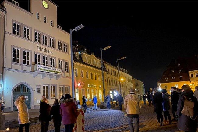 Circa 50 Bürger protestierten am Mittwochabend auf dem Markt in Frankenberg gegen die Coronaeinschränkungen.