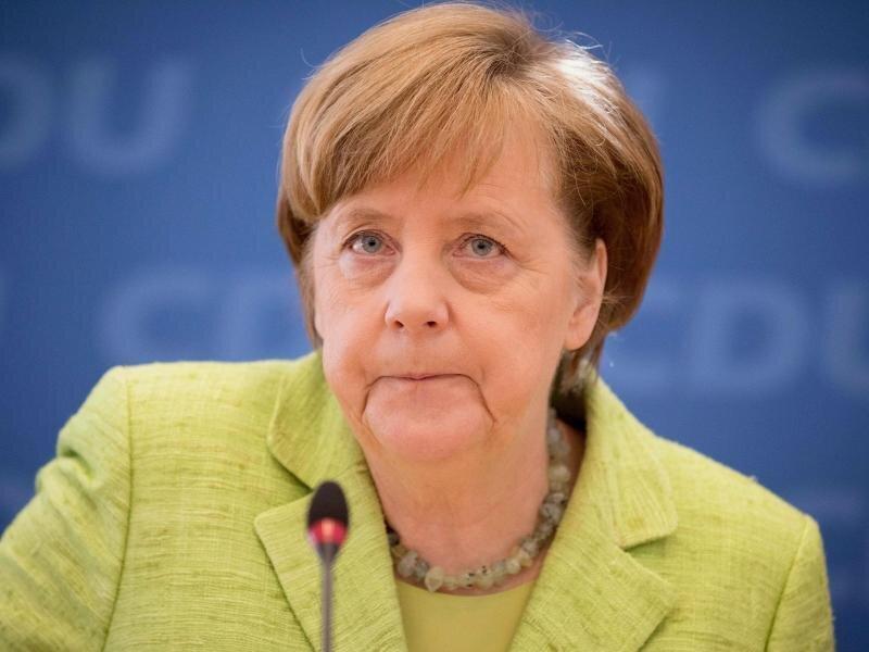 Angela Merkel verurteilt die Attacke auf den BVB-Bus deutlich.