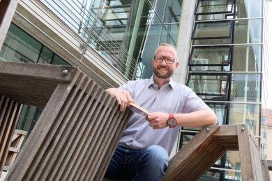 Michael Jakob an seinem Lieblingsplatz in Zwickau: Vor der WHZ-Bibliothek.