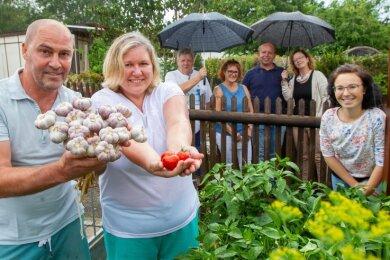 V. li.: Gartenbesitzer Oleg und Anna Sept, Roland Eichhorn, Carmen Kretzschmar, Torsten Grieser, Steffi Müller-Klug und Katja Eberhardt.