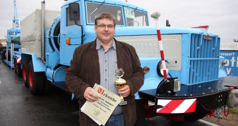 """<p class=""""artikelinhalt"""">Michael Korczak hat allen Grund zur Freude. Der 45-Jährige erhielt den Pokal als Teilnehmer mit der weitesten Anreise.</p>"""