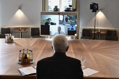 """Per Video im Gespräch: die Ministerpräsidenten Winfried Kretschmann (vorn) und Michael Kretschmer. Interviewt von Journalisten der """"Stuttgarter Zeitung"""" und der """"Freien Presse""""."""