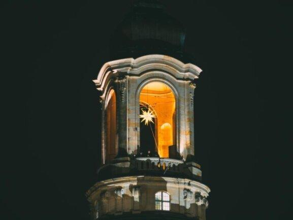 Ein Adventsstern brennt in der Kuppel der Frauenkirche in Dresden.