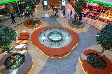 Neue Sitzgruppen umrahmen den neu gestalteten Brunnen.