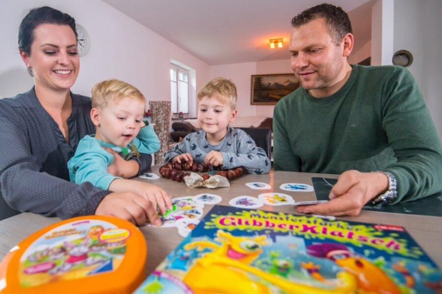 Der Nachmittag ist für die Kinder da: Franziska Brüssel (l.) und Marcel Pfüller (r.) mit ihren Kindern Johann und Konrad (2. von rechts).