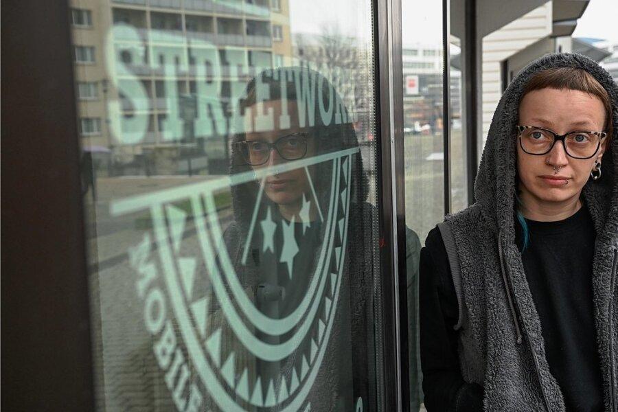 Die Streetworkerin Antje Schulz vor den Räumen des Alternativen Jugendzentrums an der Dresdner Straße.