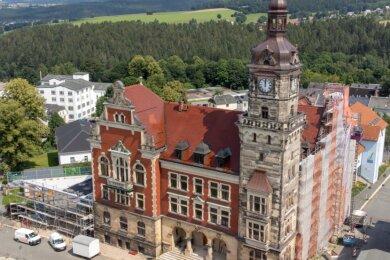 Das Falkensteiner Rathaus wird seit 2019 saniert und bekommt einen Anbau (links).