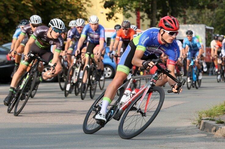 Sebastian Vogel vom SV Remse (vorn) hat sich im Eliterennen am Samstag als bester Fahrer aus Westsachsen erwiesen.