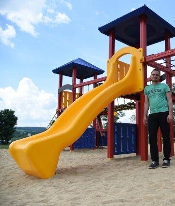 Christian Seidel vorm neuen Spielgerät am Campingplatz.