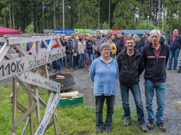 Im Juli 2017 gab es am Loipeneinstieg in Grünbach eine Protestveranstaltung gegen die Freileitung, vorn von links Veronika Linnemann, René Ratzmer und Klaus Linnemann.