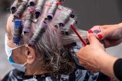 Einer Kundin werden in einem Friseursalon die Haare frisiert. Auch Überbrückungshilfen hatten die hohen Einnahmeeinbußen bei Klier besonders während des Shutdowns im Frühjahr nicht ausgleichen können.