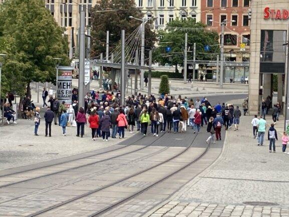 Am Samstagnachmittag trafen sich Vogtländer zu einem neuerlichen Spaziergang in der Plauener Innenstadt.