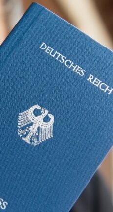 Neben eigenen Flaggen und Grenzmarkierungen stellen sich Reichsbürger auch eigene Reisepässe aus.