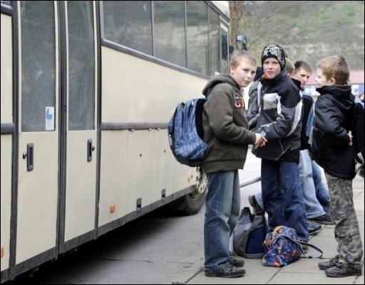 Eltern von busfahrenden Schulkindern haben nach einem Test des ADAC allen Grund, sich Sorgen um ihren Nachwuchs zu machen: Fast alle Busfahrer halten sich nicht an die bestehenden Tempolimits. (Archivfoto)