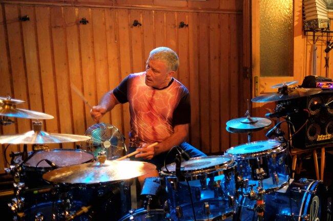 Carl Palmer am Schlagzeug.
