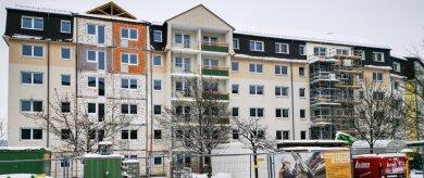 Die Städtische Wohnungsgesellschaft baut derzeit das Haus Smaragd der Mineralienhöfe um. Rechts schließt sich das künftige Haus Rubin an - der Verbindungsbau soll um zwei Etagen gekürzt werden. Wie der Großvermieter informiert, gebe es bereits viele Anfragen für die Wohnungen.